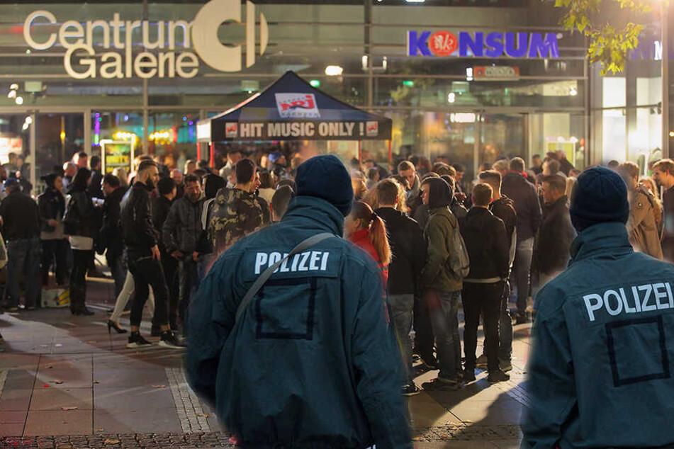 Vor der Centrum Galerie in Dresden wurden zwei Männer von einem Schläger attackiert.