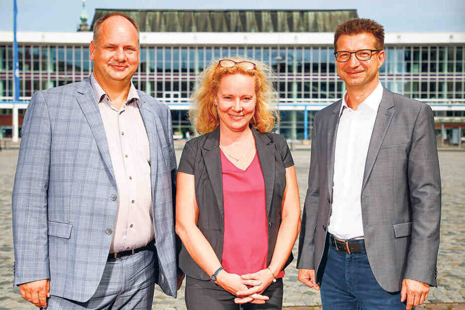"""OB Dirk Hilbert (47, FDP, l.) mit Philharmonie-Intendantin Frauke Roth (51) und MDR-Programmdirektor Wolf-Dieter Jacobi (53) vor dem """"Kulti""""."""