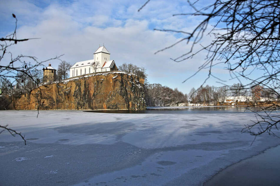Die kleine Bergkirche in Beucha wird wohl noch ein paar Tage Frost ertragen  müssen.