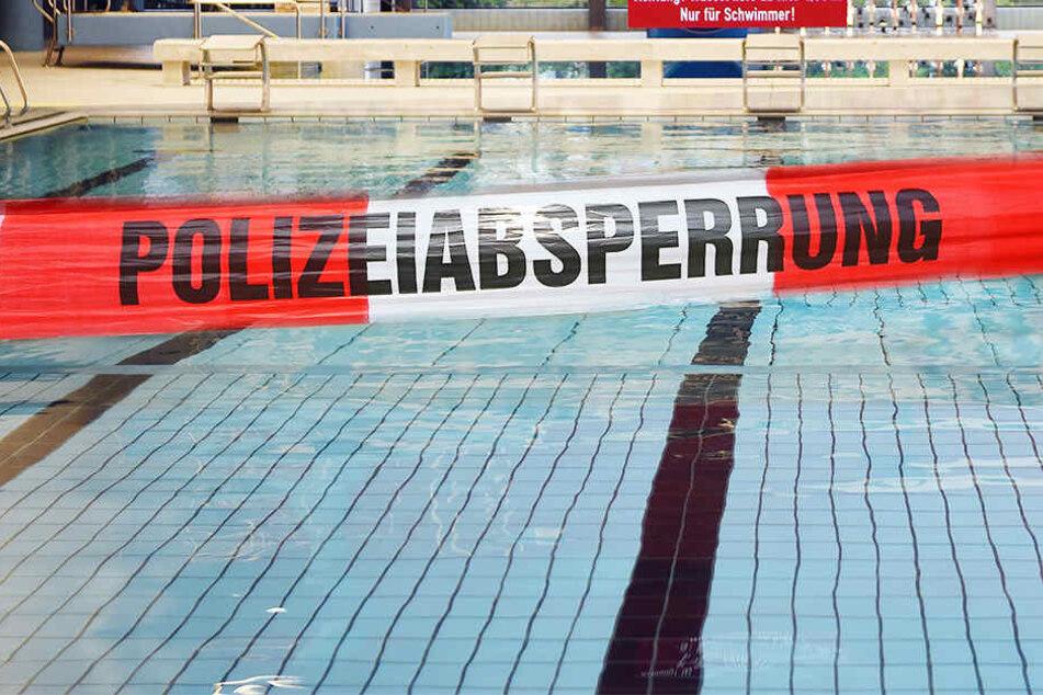 In einem Schwimmbad wurde eine weibliche Leiche entdeckt (Bildmontage).
