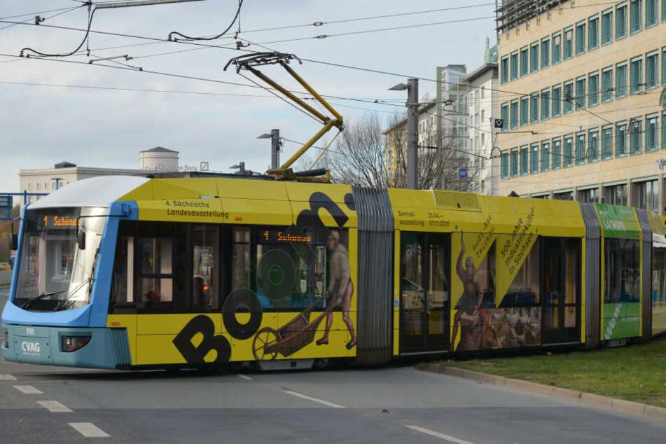 """Beklebt, hält, rollt: Die """"fertige"""" Variobahn fährt nun mit der gelben Landesausstellungs-Werbung durch die Stadt."""