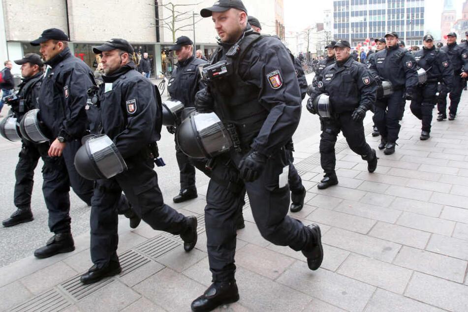Polizisten patrouillieren in der Kieler Innenstadt. (Archivbild)