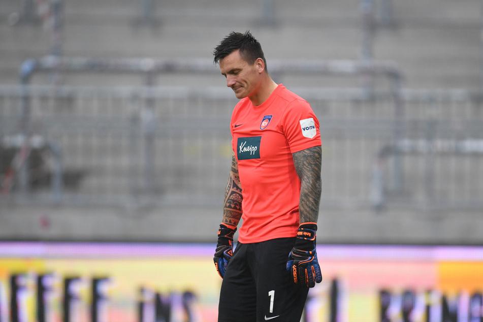 Heidenheims Torwart Kevin Müller ist nach dem Schlusspfiff und der 2:4-Niederlage beim FC St. Pauli enttäuscht.