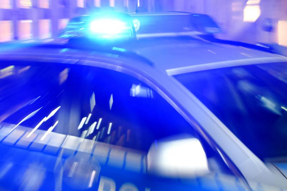 Eine Streife entdeckte den blutenden Mann auf dem Rücksitz. (Symbolbild)