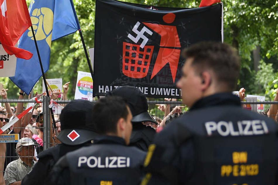 Demonstranten zeigen mit Bannern und Plakaten offen, was sie von der AfD halten. (Symbolbild)
