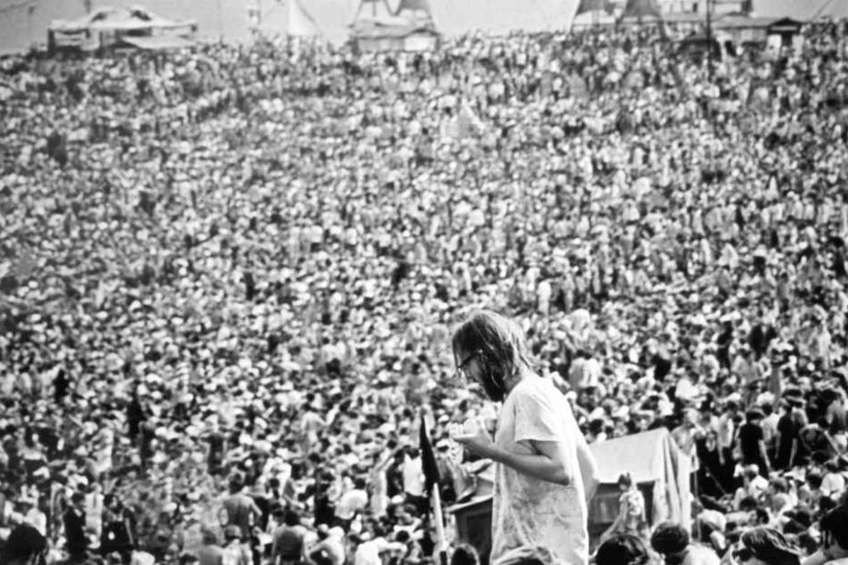 Blick auf die zahlreichen Besucher des legendären Rock-Festivals Woodstock.