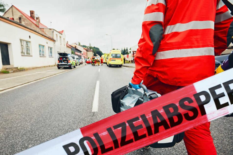 Tödlicher Unfall auf dem Gehweg: Frau wird von Autoanhänger erfasst und stirbt