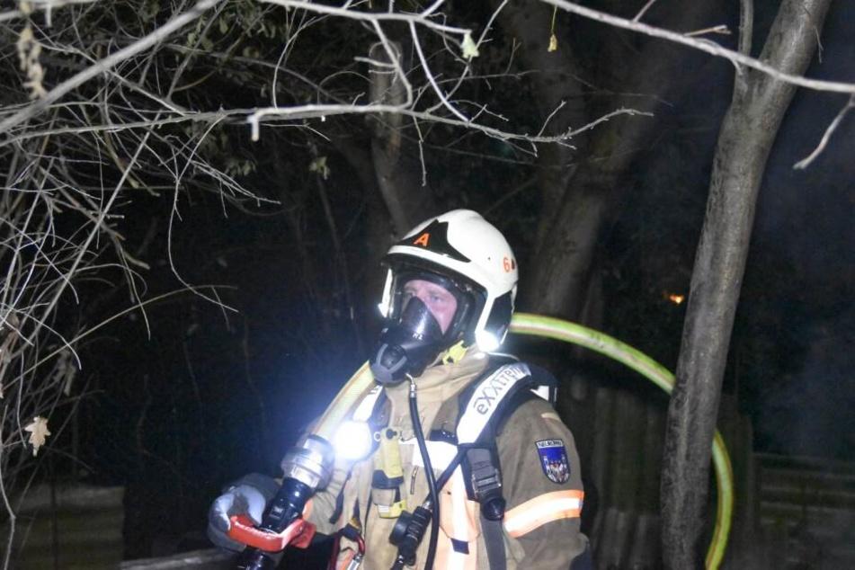 Die Einsatzleute trugen spezielle Schutzkleidung.
