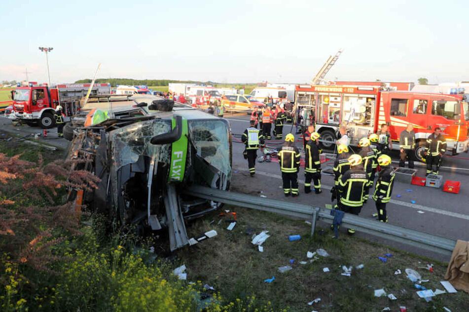 Bei dem tragischen Unfall eines Flixbusses sind am Sonntag neun Menschen schwer und 63 leicht verletzt worden. Eine Frau wurde getötet.