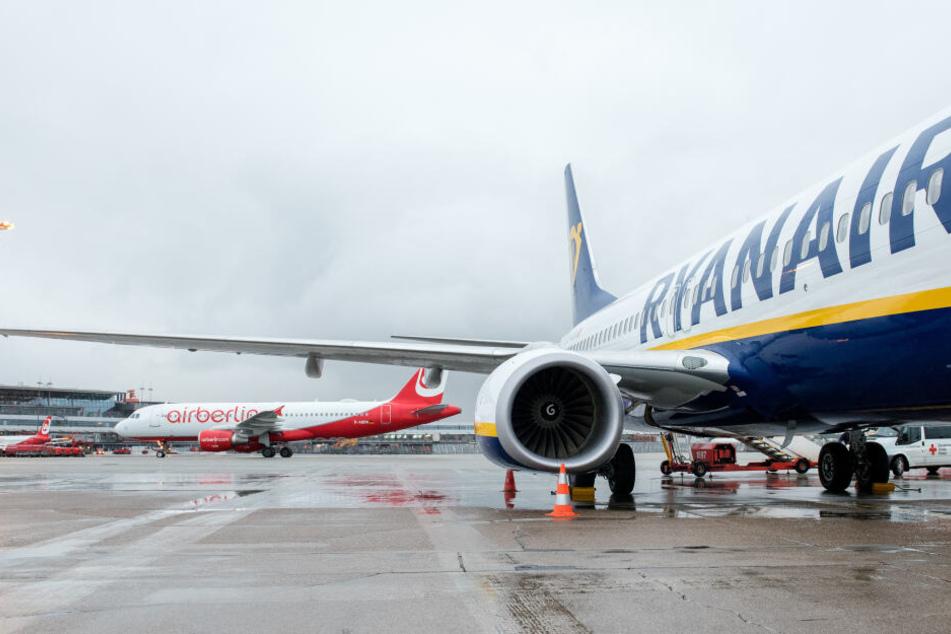 Flugzeuge der Fluggesellschaften Ryanair (rechts) und Air Berlin stehen in Hamburg auf dem Flughafen.