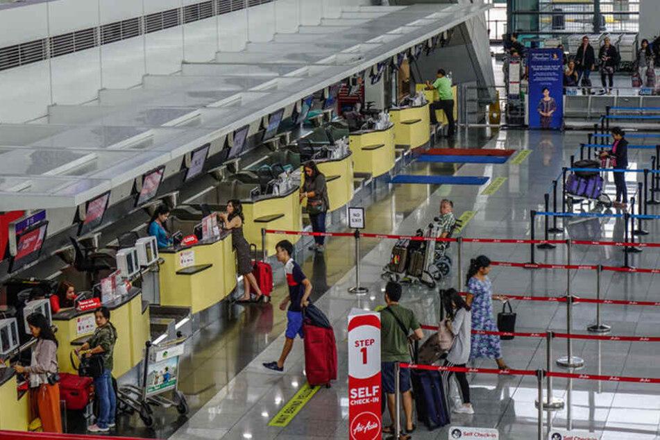 Die Behörden konnten die Frau erst am Abflug-Gate stoppen. Die Koffer-Aufgabe hatte sie noch unbemerkt passieren können.