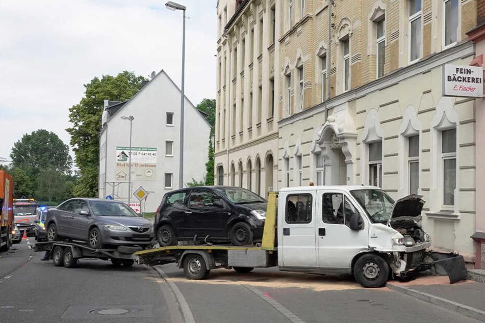 Der Transporter hatte auf seinem Hänger noch zwei Autos geladen.