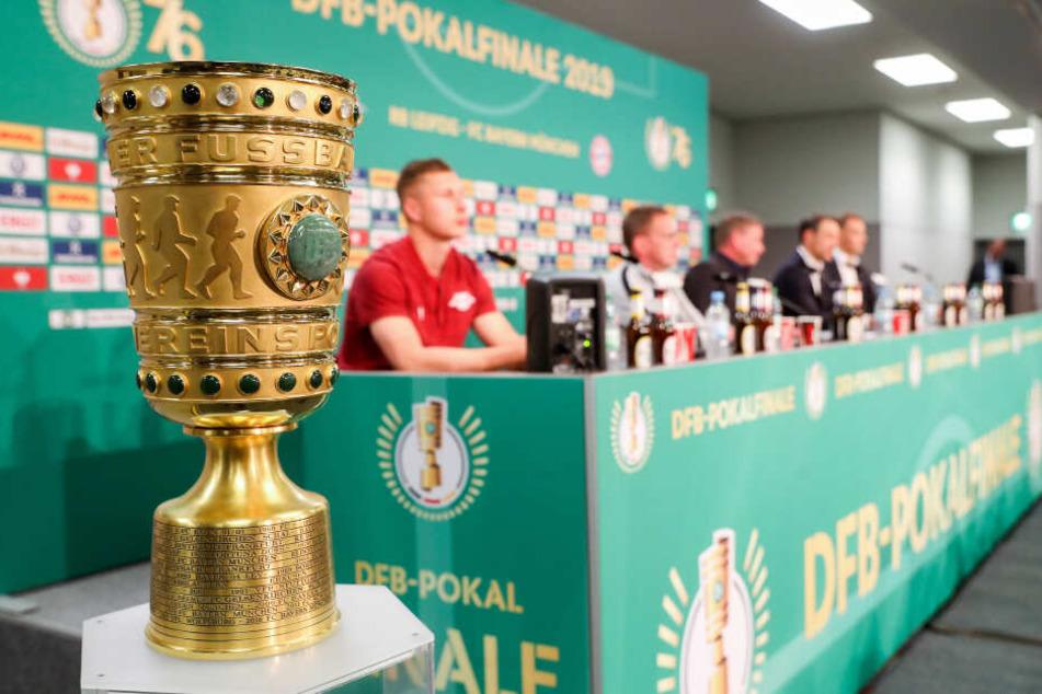 Der Pokal steht während der Pressekonferenz zum DFB-Pokal Finale RB Leipzig gegen FC Bayern München neben dem Podium.