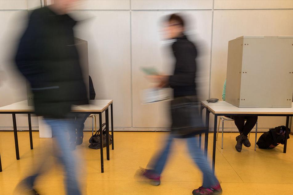 Hochbetrieb im Wahllokal: Rund 40 Prozent haben schon abgestimmt - alle anderen haben noch bis 18 Uhr Zeit zur Stimmenabgabe.