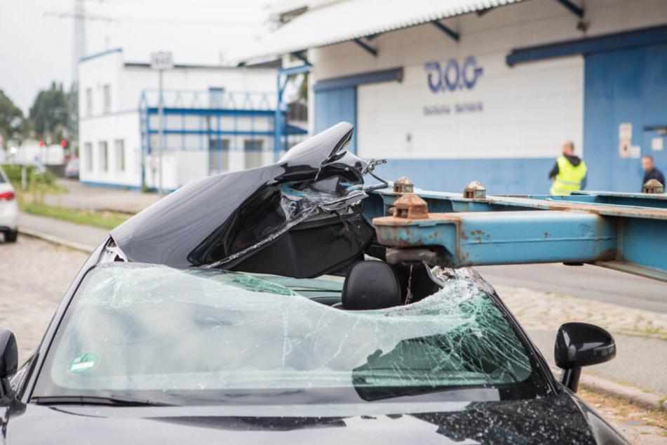 Front und Dach des Wagens wurden massiv eingedrückt.