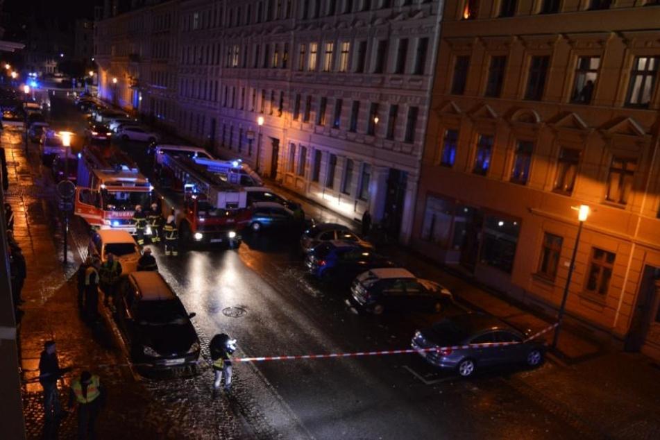 Derzeit ist die Feuerwehr und Fachkräfte vor Ort, um den Vorfall zu untersuchen.
