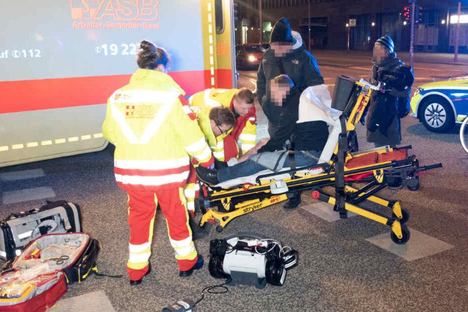 Der Rettungsdienst versorgt einen verletzten Zivilpolizisten, nachdem er im Einsatz verletzt wurde.