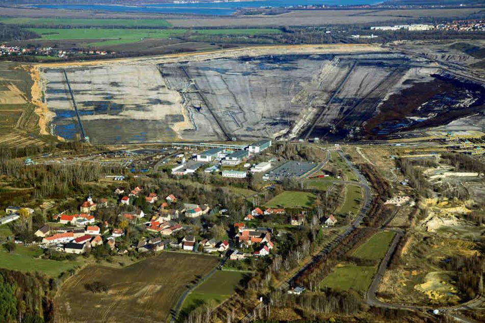 Kann das weg, oder leben da noch Menschen? Pödelwitz, dahinter der Tagebau Schleenhain.