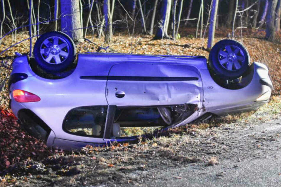Schwerer Unfall: Fahrer verliert Kontrolle über sein Auto und landet auf dem Dach!