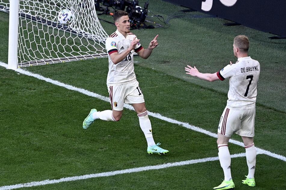Borussia Dortmunds Thorgan Hazard (l.) glich für Belgien aus, Kevin De Bruyne (r.) traf eine Viertelstunde später zur Führung.