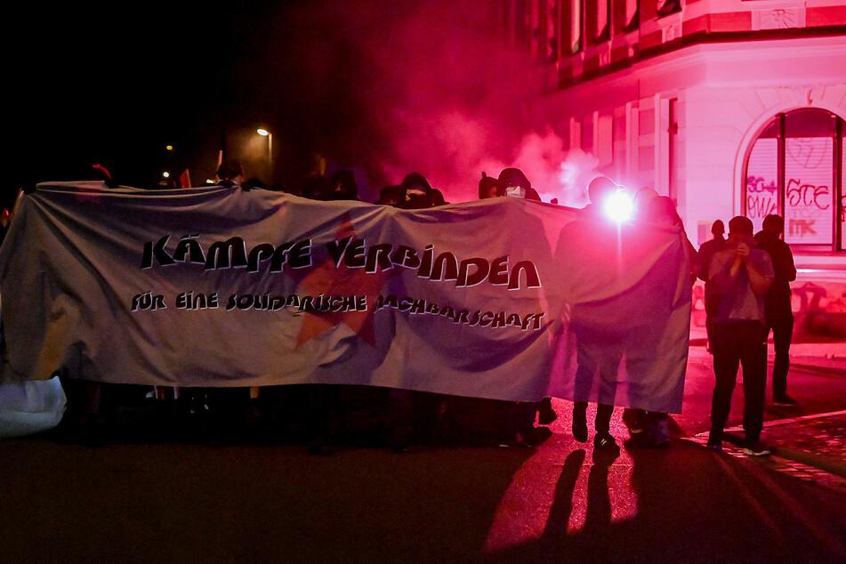 """Unter dem Motto """"Kämpfe verbinden"""" zogen die Demonstranten durch Connewitz."""