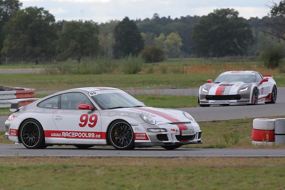 Mit quietschenden Reifen in die Kurven: Der Renn-Spaß in den schnellen Wagen war für die Kleinen ein unvergessliches Ergebnis.