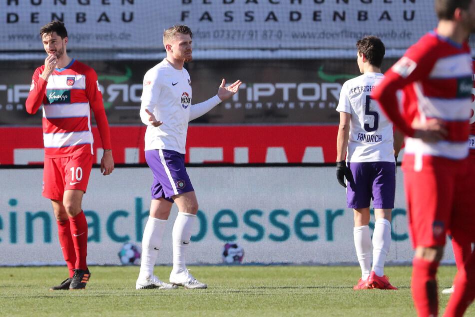 Aue-Kicker Steve Breitkreuz (29) muss nach einem Platzverweis die Partie gegen Heidenheim verlassen.