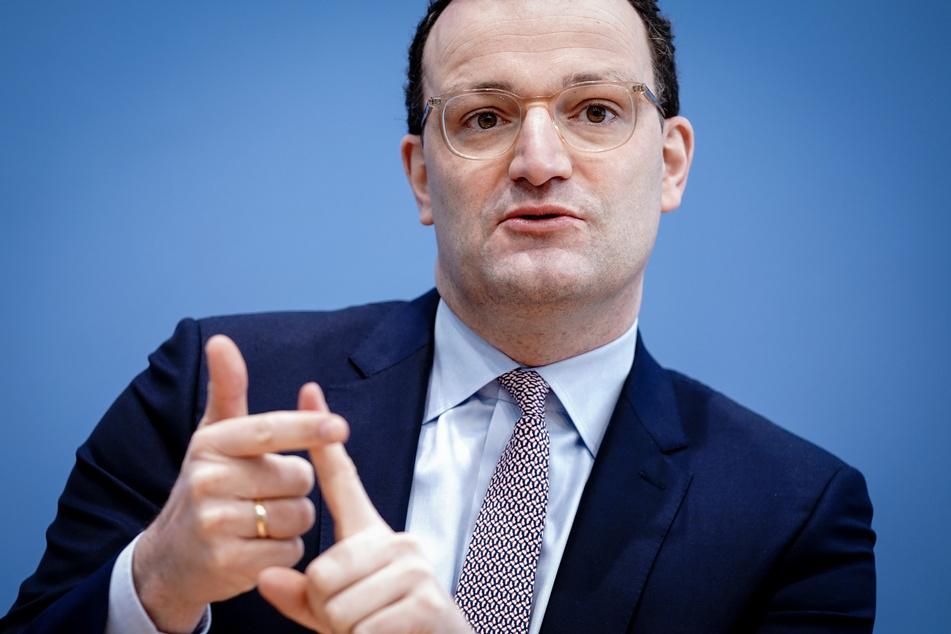 Jens Spahn (40, CDU), Bundesminister für Gesundheit, kündigt eine Überarbeitung der Impfverordnung für AstraZeneca an.