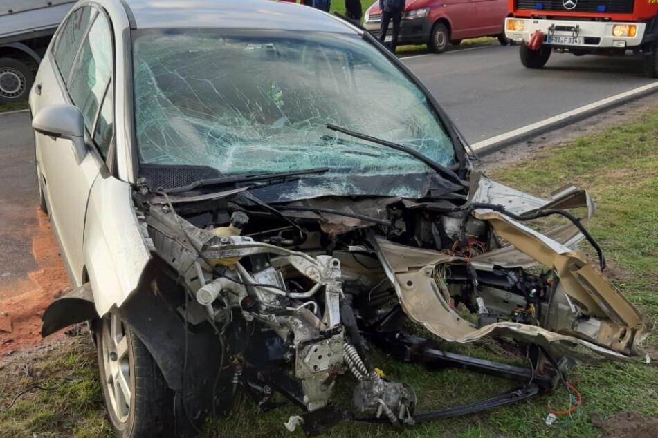 Auto von Sturmböe erfasst: Fahranfänger (19) kracht in Lkw