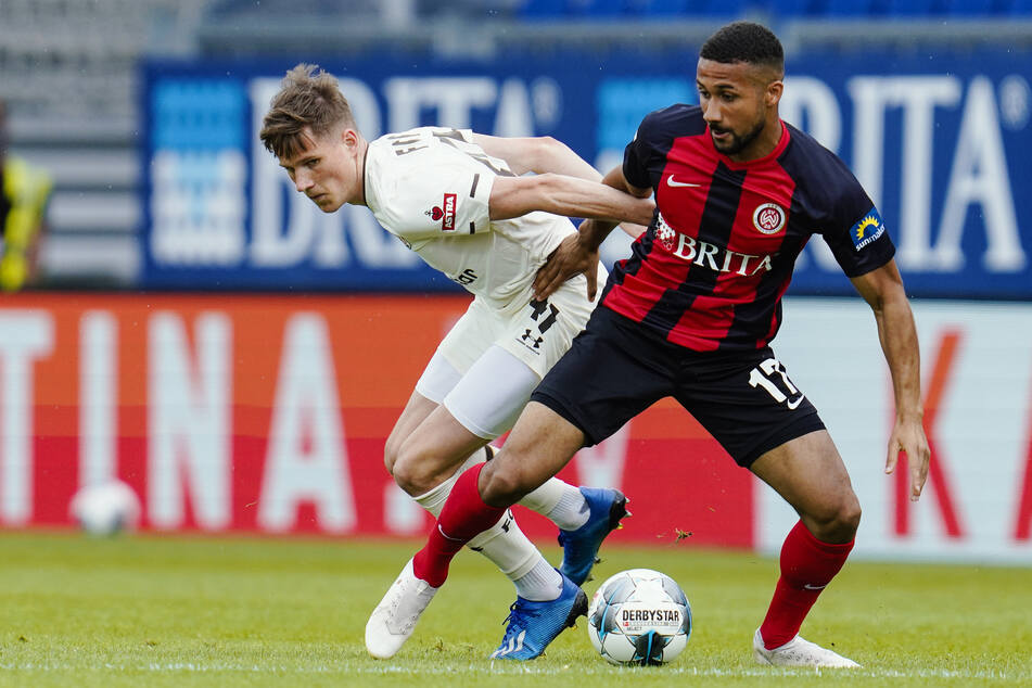 St. Paulis Christian Viet (l) und Daniel-Kofi Kyereh kämpfen um den Ball.