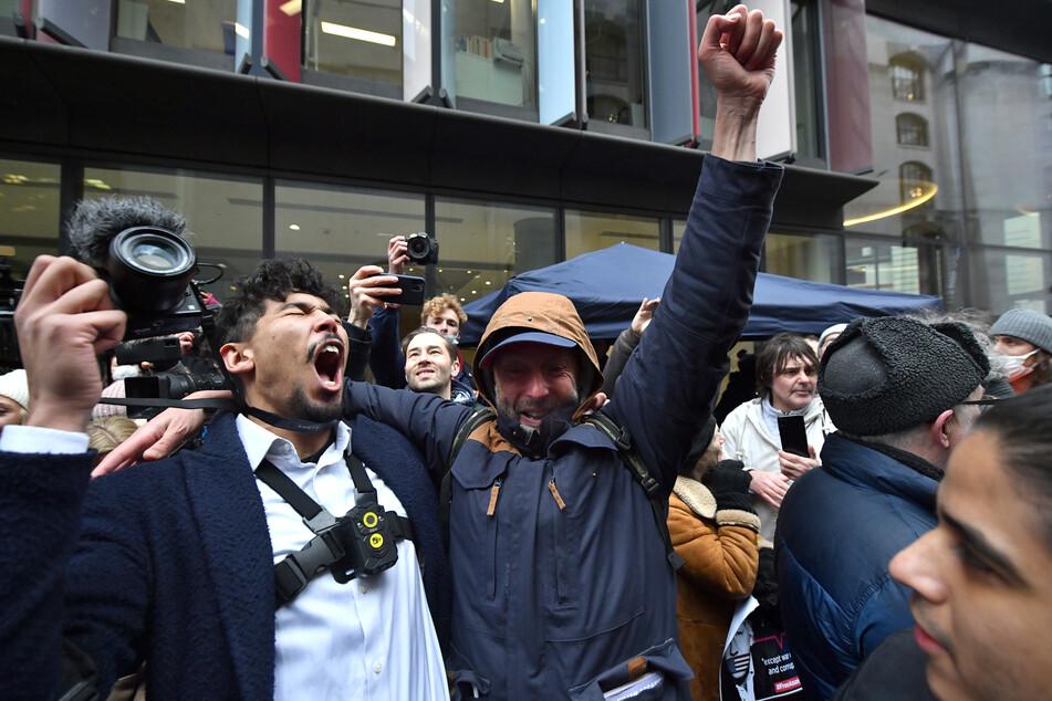 Jubel und Begeisterung: Das Gericht hat den US-Auslieferungsantrag für Assange abgelehnt.
