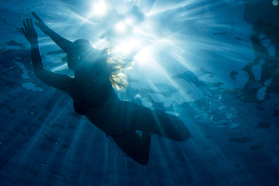 Eine Frau findet Abkühlung im Schwimmbad. (Archivbild)