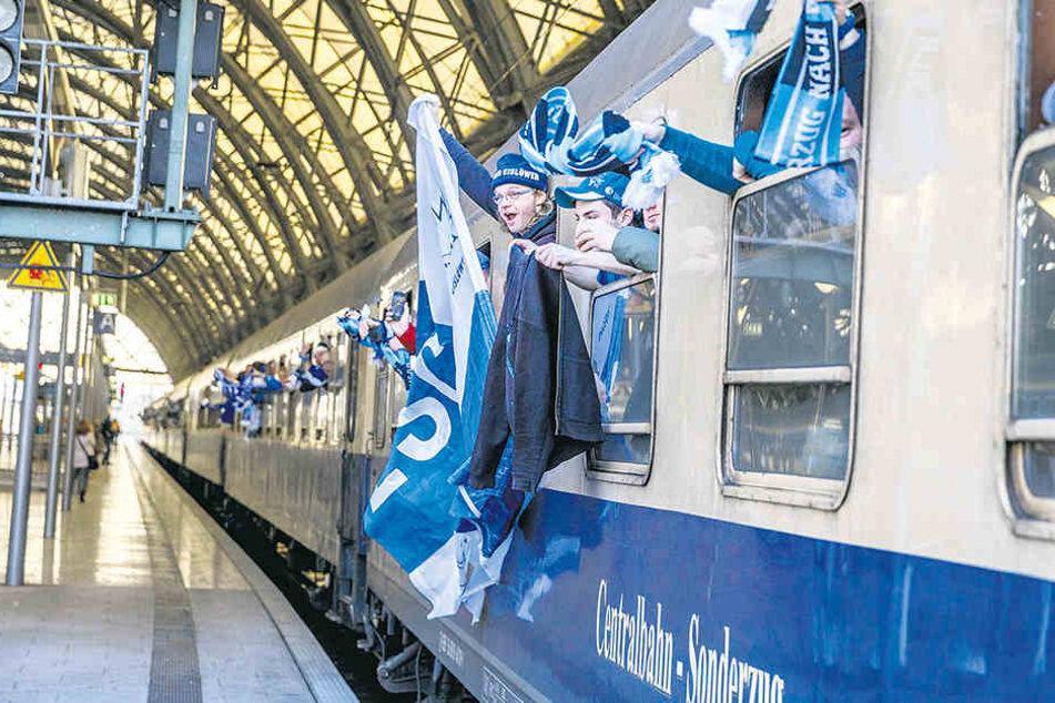 Um 9.15 Uhr ging's ab Hauptbahnhof los: Rappelvoll war der Sonderzug nach Bad Tölz mit den Fans der Dresdner Eislöwen an Bord.