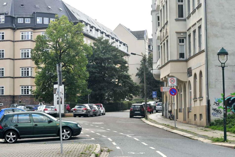Eine 29-Jährige wurde in der Erich-Mühsam-Straße von mehreren Männern bedrängt und beklaut.