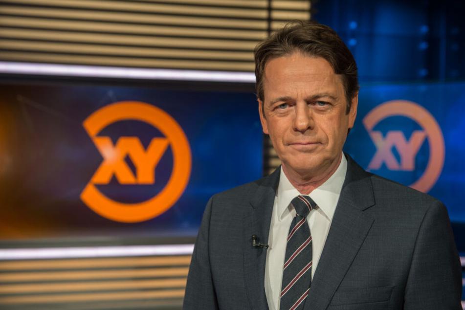 """Moderator Rudi im Studio der Sendung """"Aktenzeichen XY... ungelöst""""."""