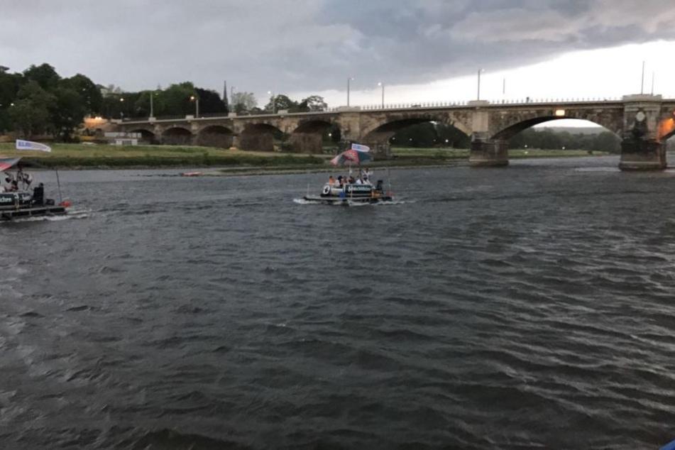 Wer gerade noch auf der Elbe unterwegs war, versuchte sich schnell ins Trockene zu retten.
