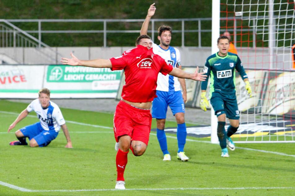 Torschütze Davy Frick (Zwickau) bejubelt seinen Treffer zum 1:0. Im Hintergrund  protestierende Magdeburger.