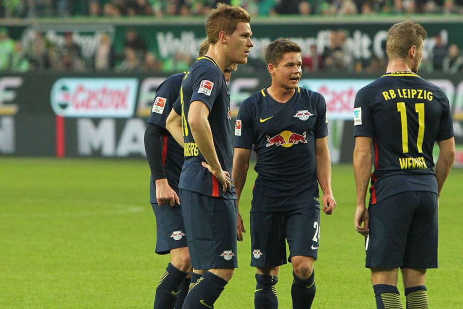 Die Leipziger Spieler beraten sich vorm Freistoß.