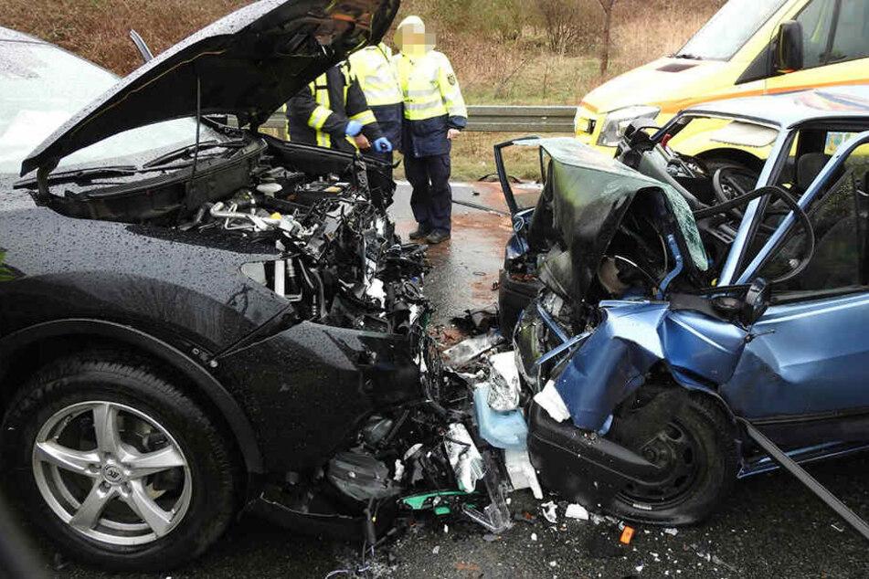 Der VW Polo geriet in einer Rechtskurve in den Gegenverkehr.