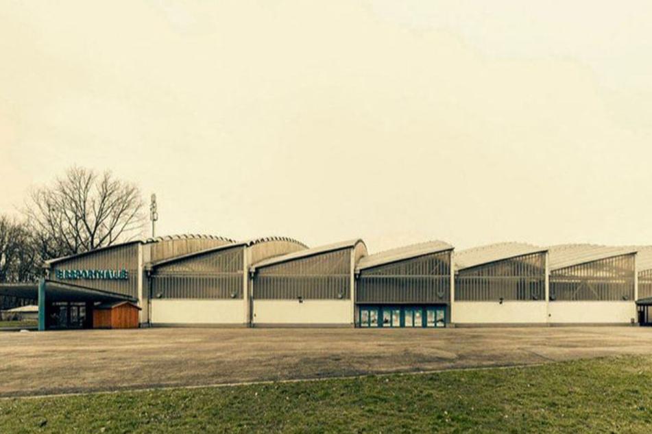 Die Eissporthalle hat es dem Fotokünstler auch von außen angetan. Für ihn ist die DDR-Baukunst unbedingt erhaltenswert.