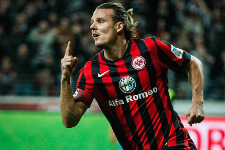 Alex Meier jubelt nach einem Kopfballtor, hier noch für Eintracht Frankfurt.