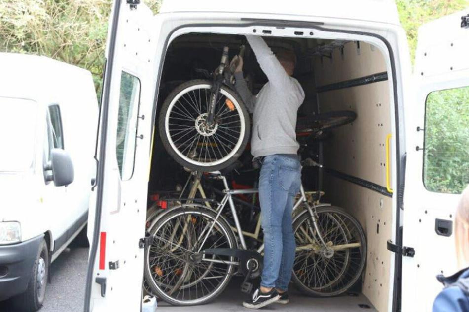 Ermittler der Kölner Polizei stellen die Fahrräder sicher.