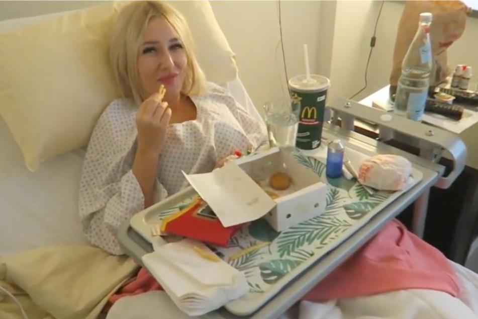 Vom Krankenhausbett aus, berichtet die Blondine über den Eingriff.