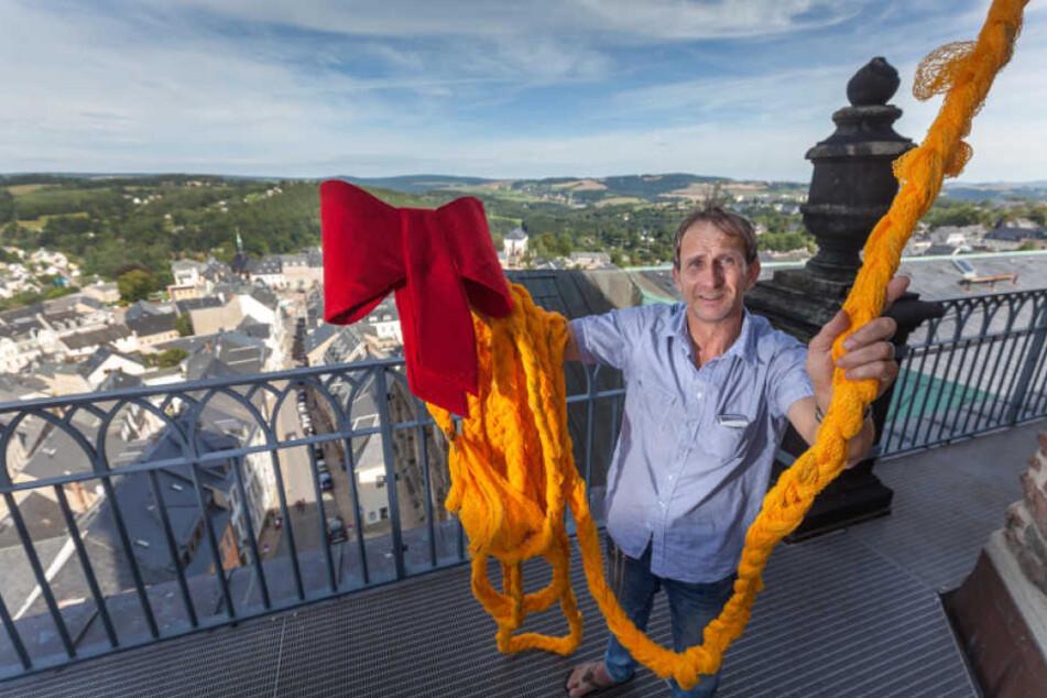 Chefdesigner Uwe Moule (52) hat mit mehreren Mitarbeitern einen etwa 40 Meter Langen Zopf aus Netzen von Kartoffelsäcken geflochten.