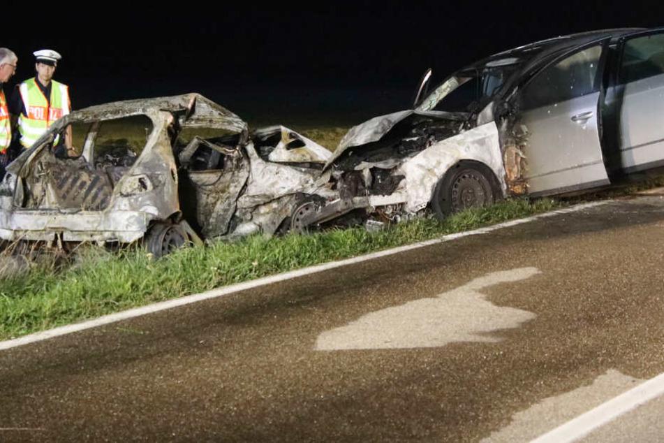 Todes-Drama nach Überholmanöver: Peugeot-Fahrer verbrennt in zerstörtem Wrack