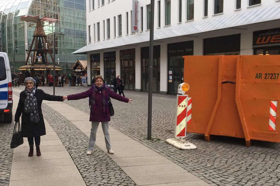 Rosemarie Neumann (77) und Gabi Vorwerk (62) zeigen, dass die Sperre am Wall nicht wirklich den Weg versperrt.