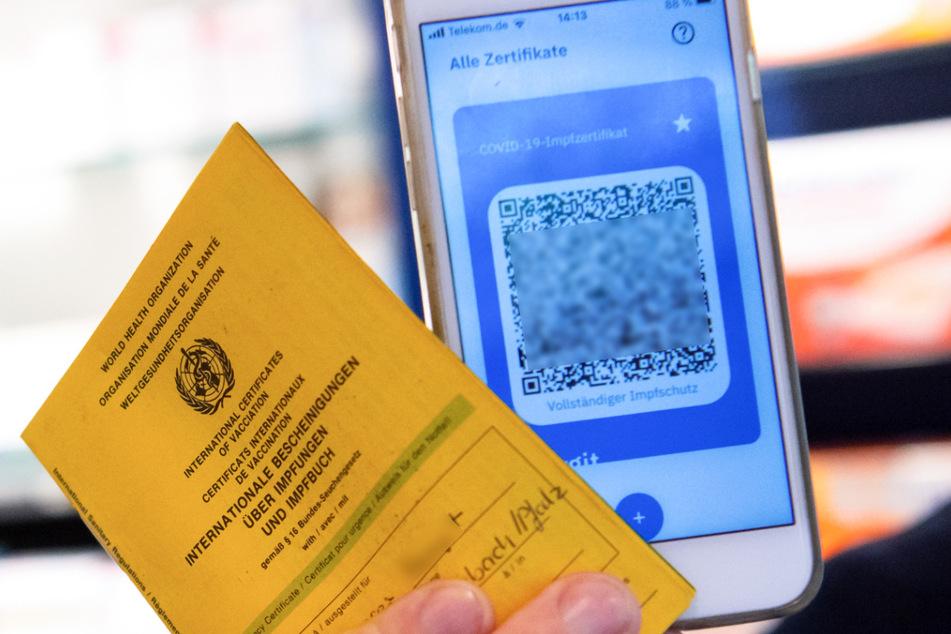 Impfpass und digitaler Impfnachweis. Ein Teil der Apotheker hat mit dem Ausstellen des neuen digitalen Nachweises einer Corona-Impfung begonnen. Dabei wird für vollständig Geimpfte ein QR-Code erstellt, der in Apps mit dem Handy verwendet werden kann.