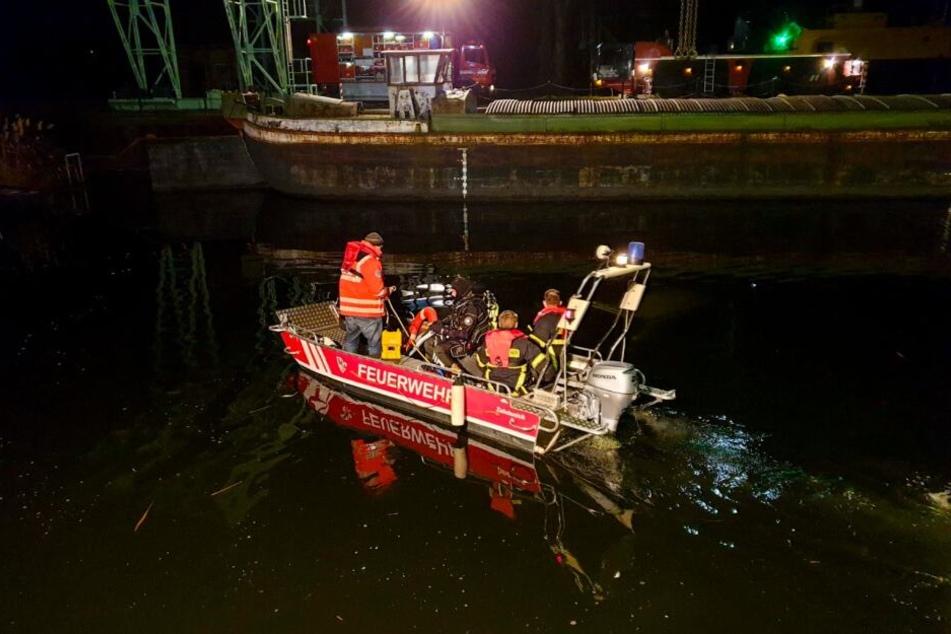 Taucher suchten am Donnerstagabend das ehemalige Hafenbecken in Zehdenick (Oberhavel) nach einem versunkenen Auto ab.