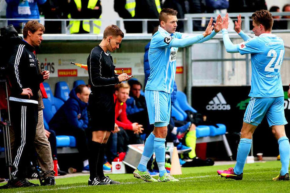 Im Heimspiel gegen Wiesbaden brachte Sven Köhler (l.) in der  79. Minute Daniel Frahn für Florian Hansch (r.). Frahn  beendete prompt seine Torflaute. Am Mittwoch hat aber wohl erneut Hansch die besseren  Karten für die Startelf.
