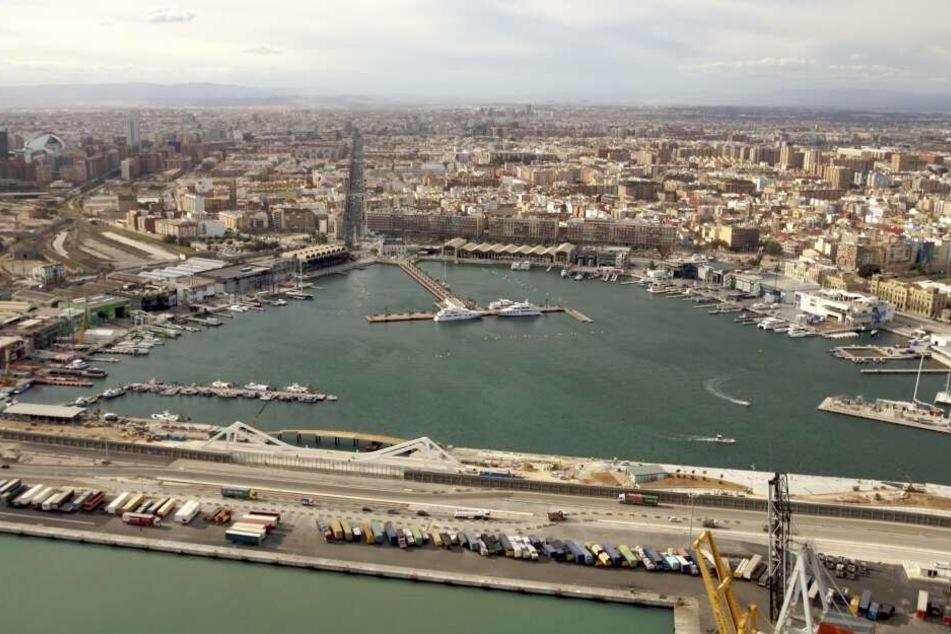 Im Hafen von Valencia wurde der Verdächtige zunächst in Gewahrsam genommen, nach einigen Stunden aber wieder freigelassen.